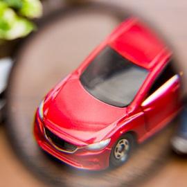 Auto unter Lupe