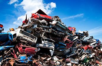 Autos nach der Verschrottung auf einem Haufen