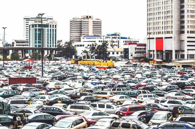 Autoexport: Hunderte verschiedener Autos warten auf einem Parkplatz auf ihre Verschiffung ins Ausland