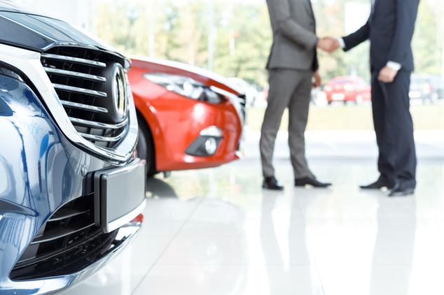 Händedruck zum Abschluss vom Auto-Leasing