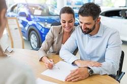 Paar unterschreibt Leasingvertrag