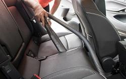 Autositze reinigen mit dem Staubsauger