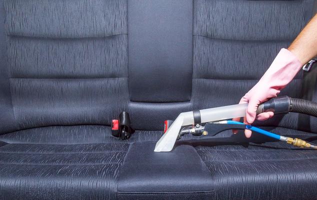 Autositze mit Staubsauger reinigen