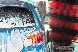Ein Auto in der Waschanlage