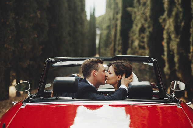 Brautpaar im Cabrio