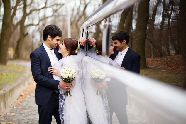 Brautpaar mit Limousine