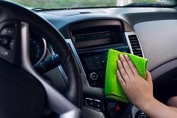 Das Armaturenbrett im Auto wird gereinigt