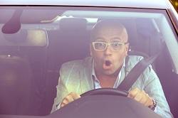 Erschrockener Fahranfänger im Auto