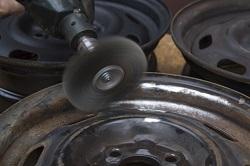 Rostige Stahlfelge wird poliert