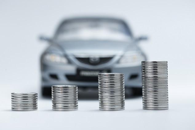 Gebrauchtwagen-Leasing Münzen vor Auto