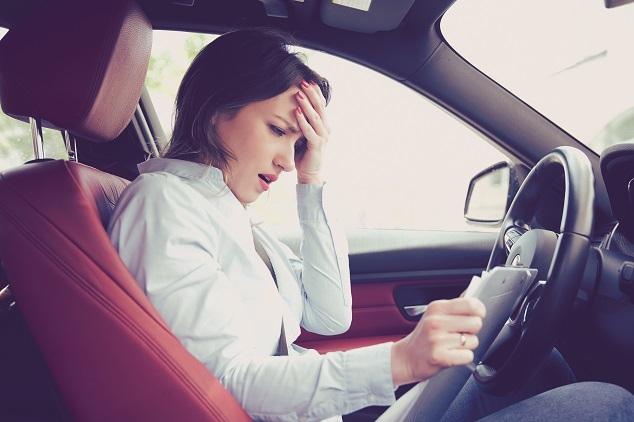 Gebrauchtwagen-Leasing Verzweifelte Frau im Auto