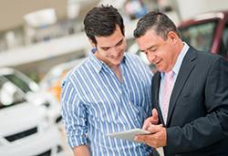 Beratung eines Händlers beim Neuwagenkauf