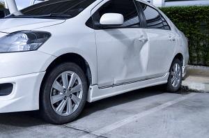 Beschädigtes Auto mit Delle in der Fahrertür