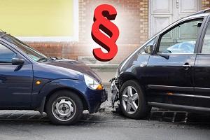 Autounfall verdeutlicht mit Paragraphen-Symbol