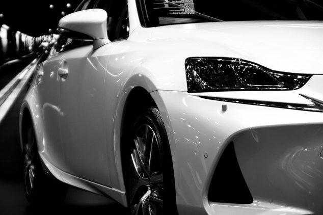 Weiße Autofront von einem VW für den der Listenpreis berechnet wird