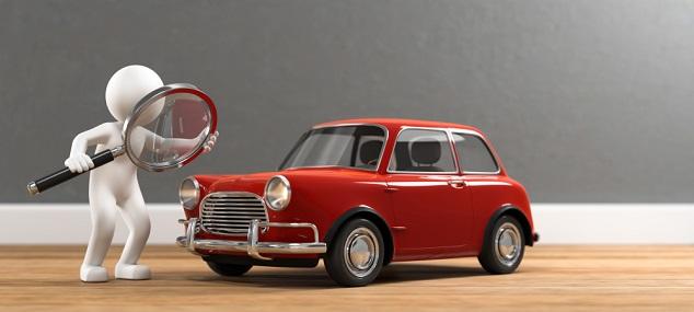 Weiße Figur mit Lupe steht neben rotem Auto