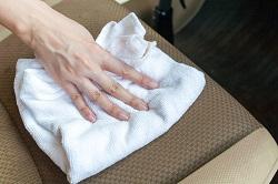 Autositze mit Essigwasser auf weißem Tuch einreiben