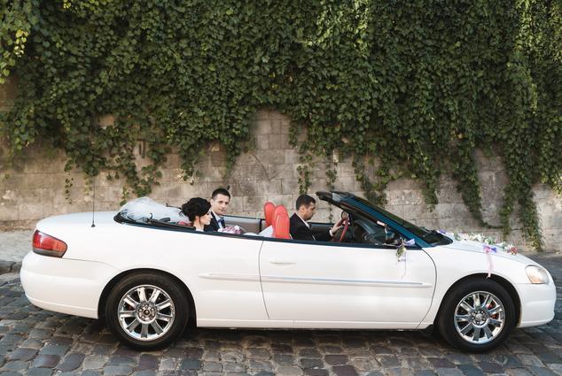 Brautpaar im Sportwagen
