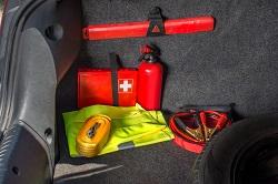 Wichtige Gegenstände wie Warnweste, Autoapotheke und Pannendreieck im Kofferraum