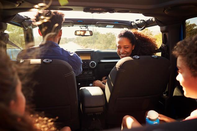 Kinder auf Autofahrt unterhalten